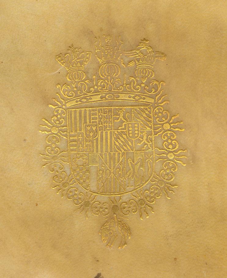 Encuadernación heráldica en pergamino flexible, con supralibros central dorado en ambos planos, con el escudo de armas de Luis Guillermo de Moncada y Aragón, VII Duque de Montalto; lomo liso con el título rotulado en tinta negra; restos de correillas,Supralibros heráldido con el escudo de armas de Luis Guillén de Moncada, Duque de Montalto: escudo medio partido y cortado, dividido en tres cuartelados: en el primer cuartelado, 1º y 4º de oro, cuatro palos de gules (Aragón); 2º y 3º, terciado en palo, primero de plata, cuatro fajas de gules (Hungría); 2º, de azur sembrado de lises de oro, (Francia); 3º, en campo de plata, una cruz potenzada de oro y cantonada de cuatro crucetes del mismo metal, de Jerusalén (Colicano); sobre el todo, de gules, tres cardos de oro bien ordenados (Cardona). En el segundo cuartelado: 1º y 4º de sable, león de oro coronado y lenguado de gules (Bravante); 2º y 3º, lisonjeado de plata y azur, puesto en barra, (Baviera); sobre el todo, de gules, ocho bezantes de oro, cuatro y cuatro, puestos en palo (Moncada). En el tercer cuartelado, 1º, ja quelado de oro y sable, jefe de plata creciente ranversado, y campaña, jaquelado de oro y sable (Luna); 2º, de plata, jefe de azur (Peralta); 3º, en sotuer, 1º y 3º, de oro, cuatro palos de gules; 2º y 4º, de plata, águila desable (Aragón-Sicilia); 4º, de plata, garza de sable y contrapuesto (Esclafada); 5º, de gules, cometa de oro (Russo). Al timbre, corona ducal, a la vez sumada de yelmos coronados por un león, un dragón y un águila; rodeado por el collar de la Orden del Toisón de Oro