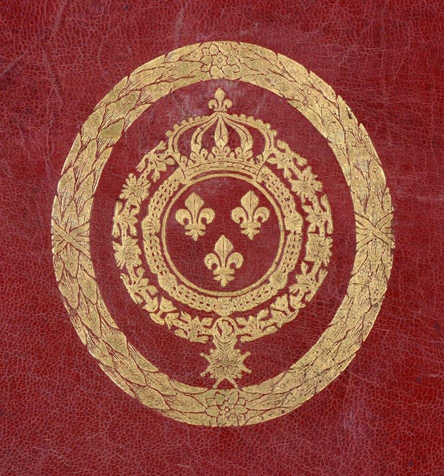 Supralibros heráldico con el escudo real de Luis XIV, Rey de Francia: De azur, tres lises de oro, dos en jefe y una en punta; al timbre, corona real con ocho florones (cinco vistos) y ocho perlas (cuatro vistas); collares de la Orden del Espíritu Santo y de la Orden de Saint Michel
