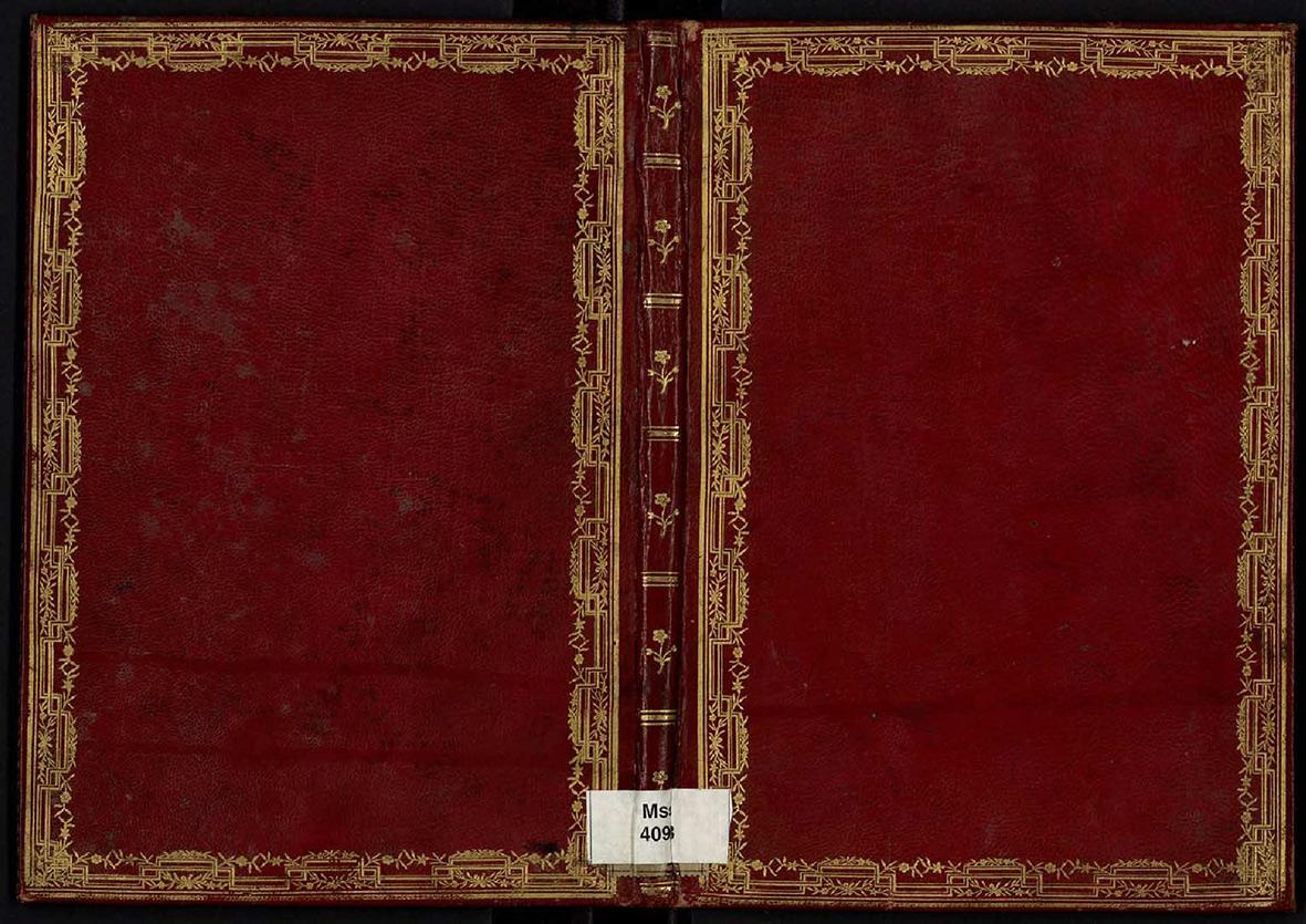 Encuadernación característica de la biblioteca de Manuel de Godoy en piel roja con recuadro de rueda dorada en las tapas, hierros dorados en el lomo y normalmente dos tejuelos en mosaico en colores rojo y azul, guardas en seda o papel azul, cortes dorados.