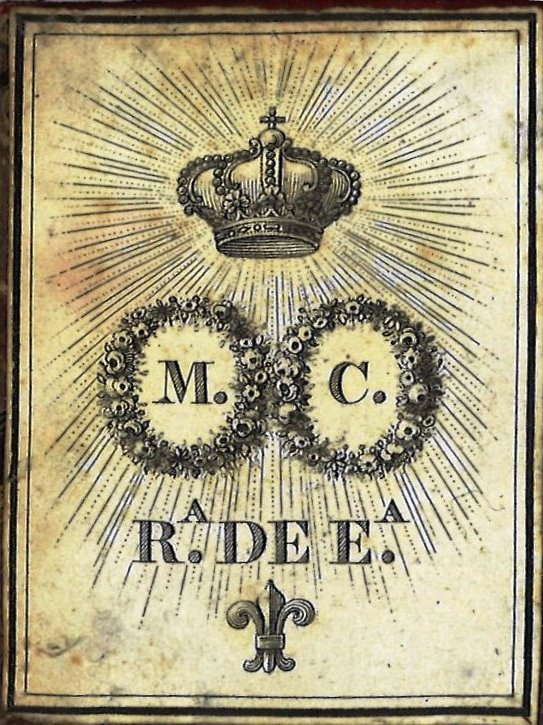 Exlibris impreso mediante sistema litográfico: enmarcado por un doble rectángulo, formado por dos coronas de flores que rodean las iniciales M y C respectivamente, bajo corona real; bajo ellas figura la inscripción Rª de Eª sobre una flor de lis