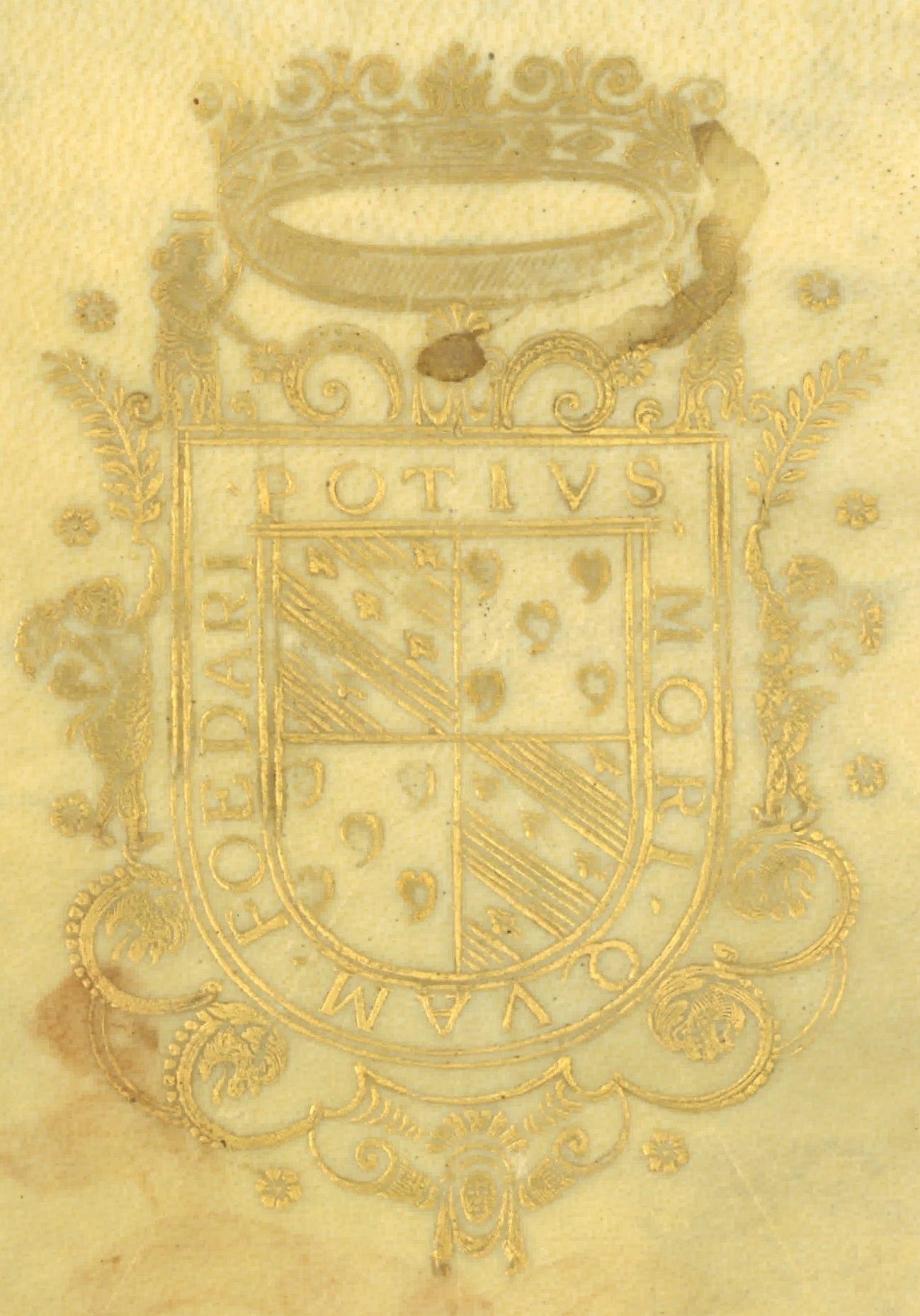 """Supralibros heráldico con el escudo de armas de Íñigo Vélez de Guevara y Tassis, V marqués de Oñate: cuartelado: 1º y 4º de oro, con tres bandas de plata cargadas de armiños de sable ; 2º y 3º de gules, con cinco panelas de plata puestas en cruz; bordura, con el lema: """"Potius mori quam foedari"""""""
